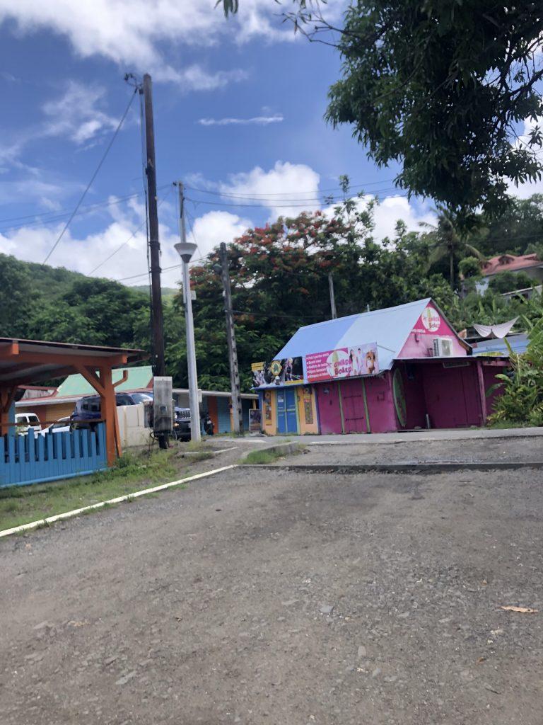 Maison et comerces colorés rose